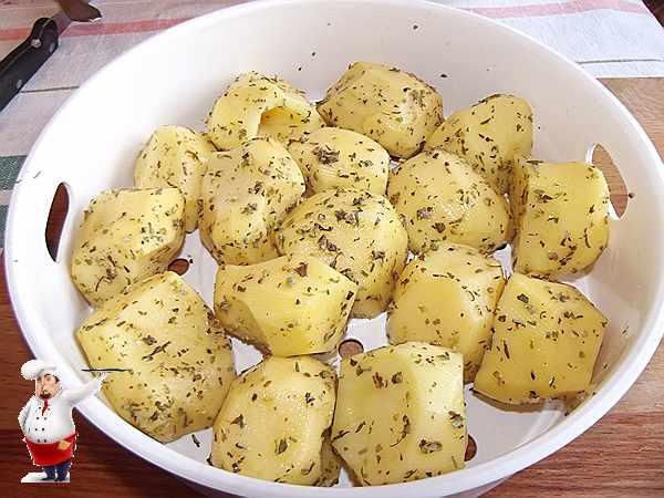 картошка посыпанная специями в лотке