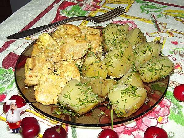 курица с картошкой в мультиварке с вишней на столе