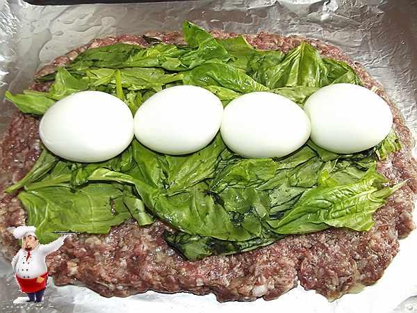 на шпинат выкладываю яйца