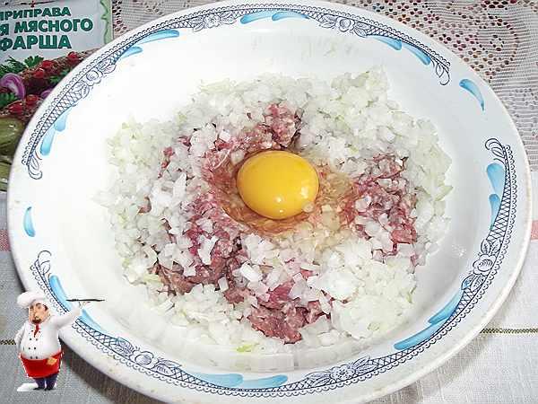 разбиваю в мясной фарш яйцо