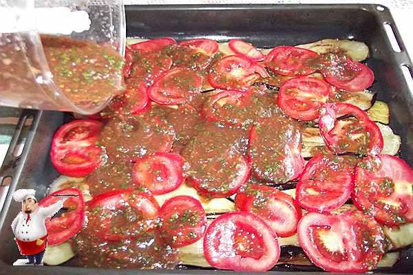 поливаю баклажаны и помидоры соусом из томатов