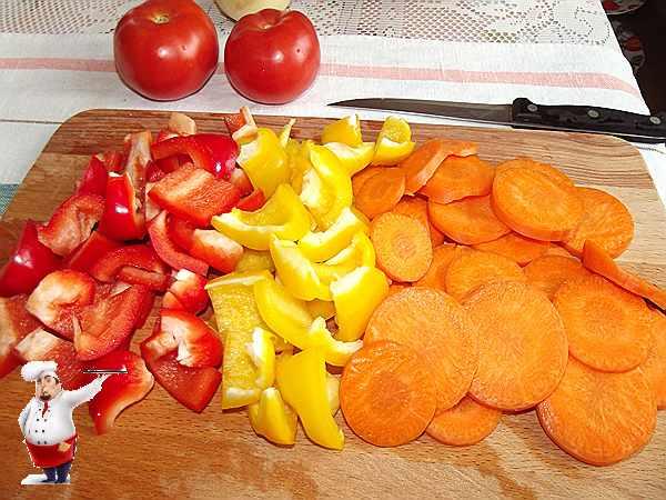 перец и морковь нарезанная кружочками для овощного рагу