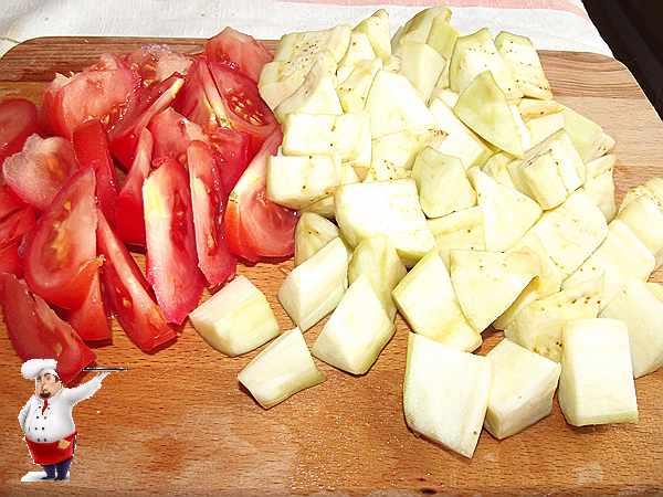 нарезанные помидоры и баклажаны для рагу