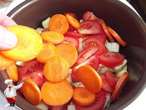 укладываю морковь и помидоры в мультиварку
