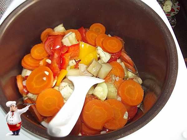 перемешиваю овощное рагу мультиварке
