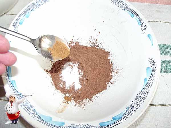 смешиваю какао, соду и корицу для коврижки