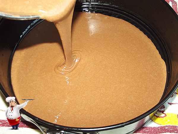 вливаю в форму тесто с шоколадом