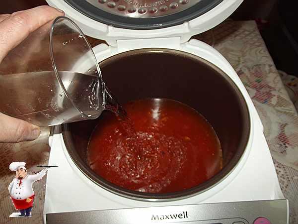 добавляю воду к обжаренным овощам