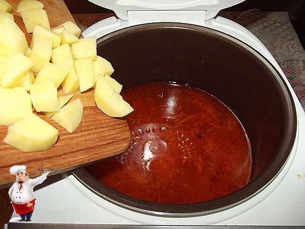 добавляю нарезанный кубиками картофель