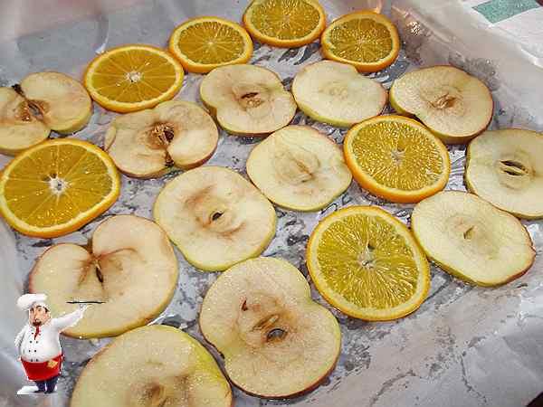 фрукты уложенные на противень