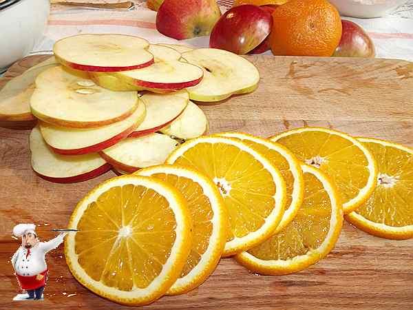 нарезаю фрукты на тонкие ломтики