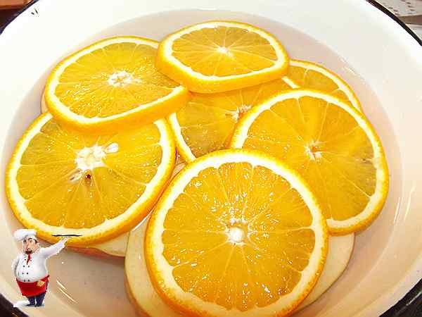 опустить фрукты в воду с лимоном