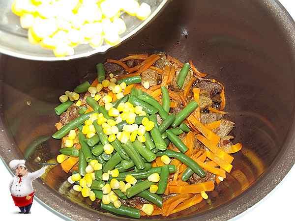 добавляю кукурузу и фасоль в мультиварку к говядине
