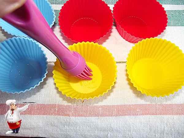 смазываю дно формы для кексов