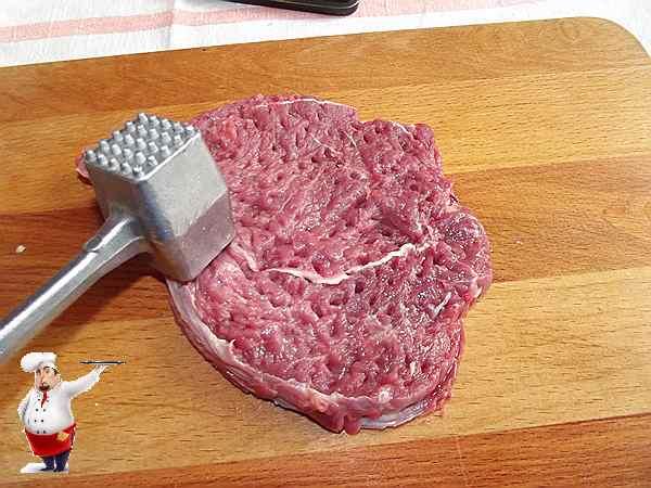 отбиваю говядину молотком