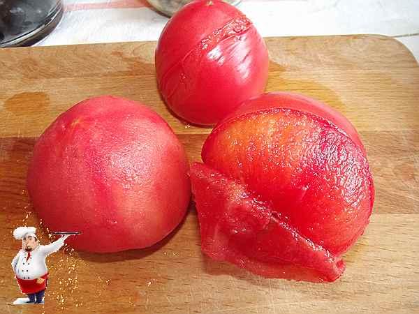 снимаю кожицу с помидор и мелко их режу