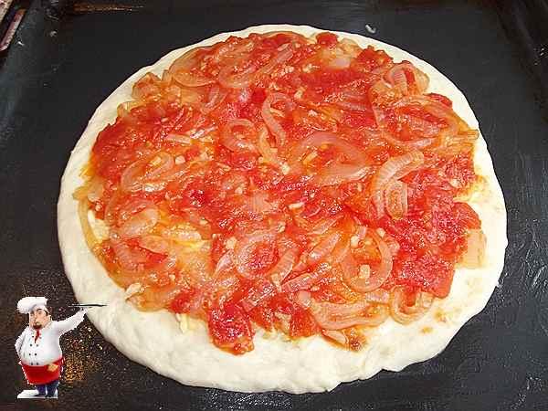 помидоры с луком выкладываю на сыр