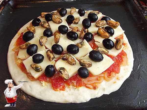 маслины и мидии выкладываю на пиццу сверху