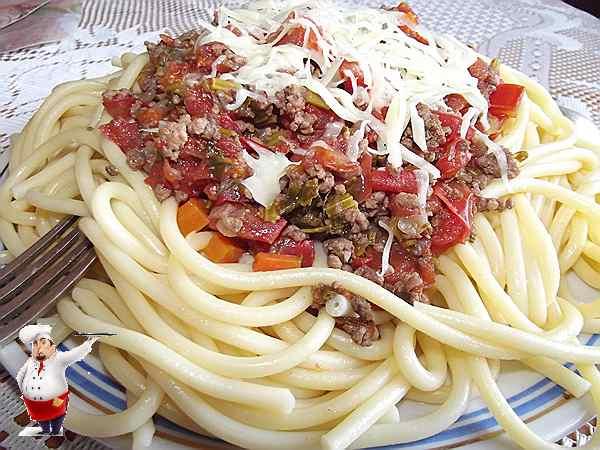 спагетти болоньезе на столе