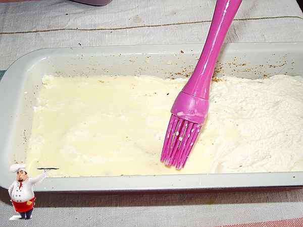 смазываю запеканку смесью из сметаны и яйца