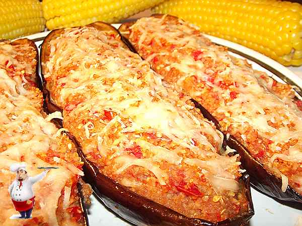 баклажаны по-турецки на блюде с вареной кукурузой