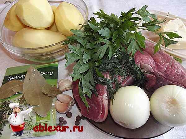 картошка с мясом на столе