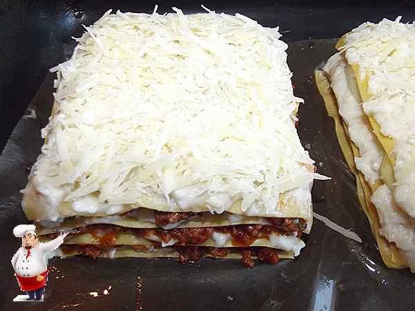 посыпаю лазанью сыром