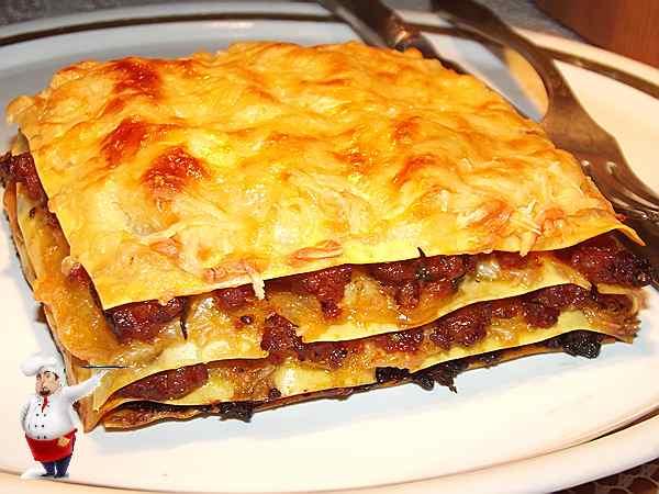 лазанья с мясом на блюде