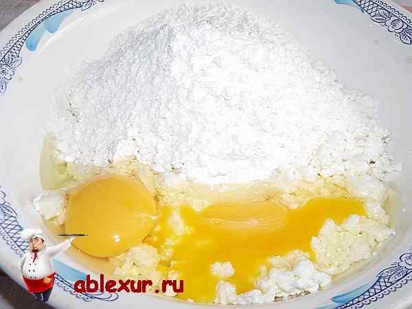 вбитые яйца в муку и творог