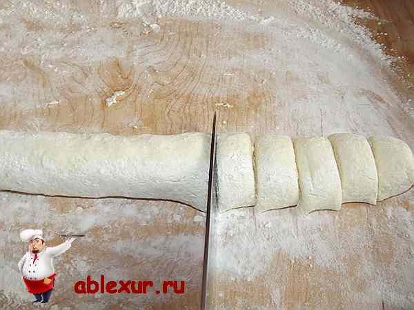 нарезаю творожное тесто делаю вареники