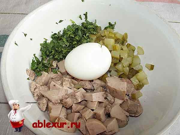 нарезанные ингредиенты для салата с треской и яйцом