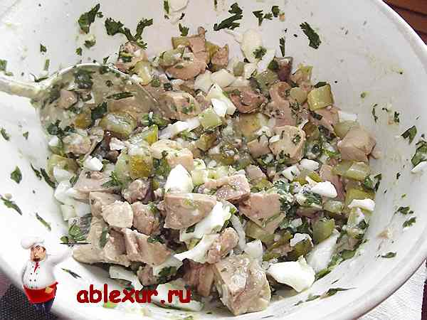 перемешанный салат с печенью и яйцом