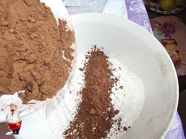 смешиваю какао и муку