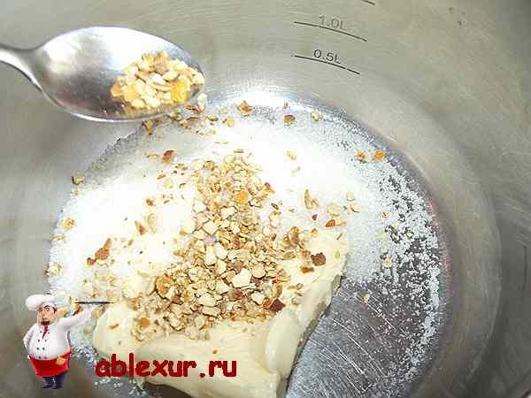 всыпаю цедру апельсина в сахар и масло