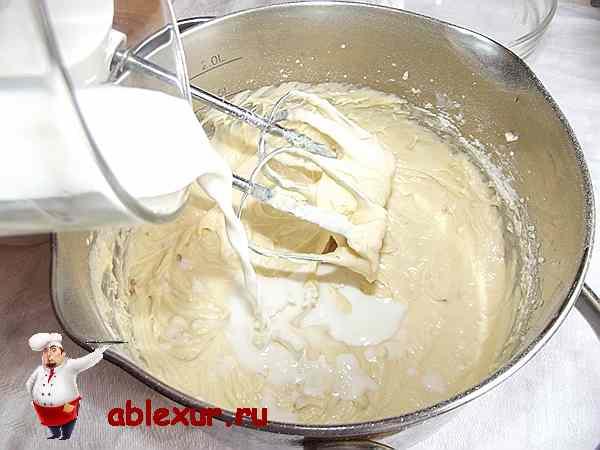 вливаю молоко в тесто для пирога