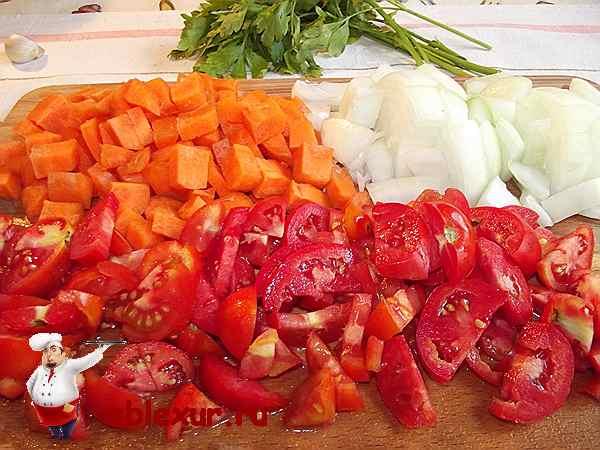 нарезанные кубиками лук, помидоры и морковь