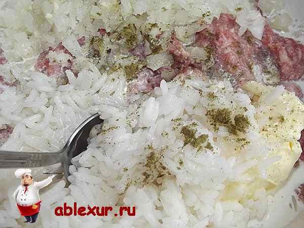 перемешиваю фарш для ежиков с рисом