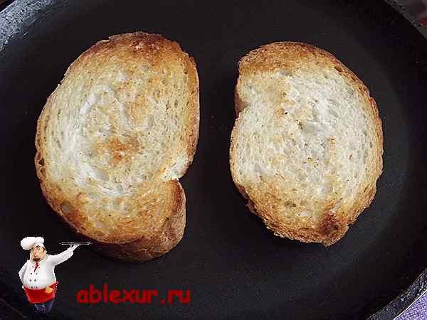 поджаренный на сковородке хлеб для панировки