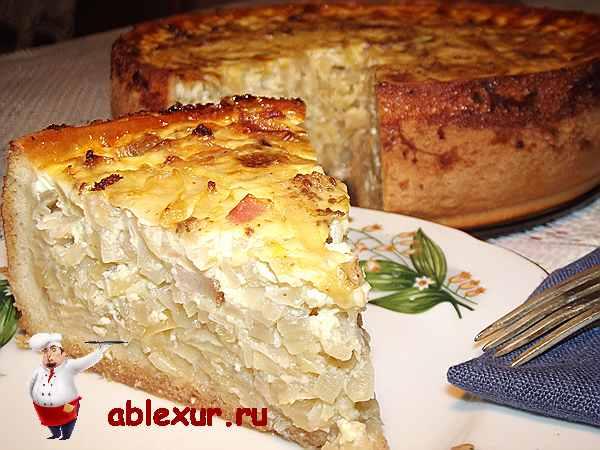 луковый пирог в тарелочке