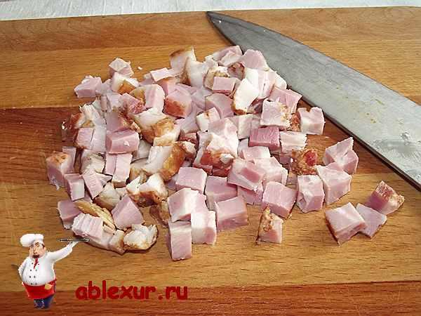 нарезанный кубиками бекон для начинки