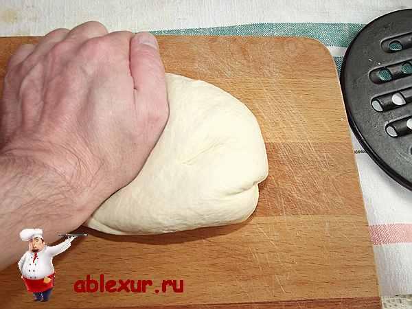 вымешиваю тесто на разделочной доске