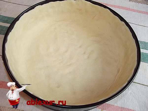 тесто распределенное по форме для пирога