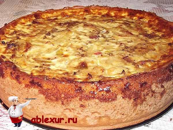 пирог с луком и беконом на столе