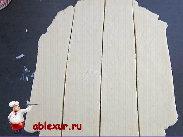 нарезанное песочное тесто на полоски
