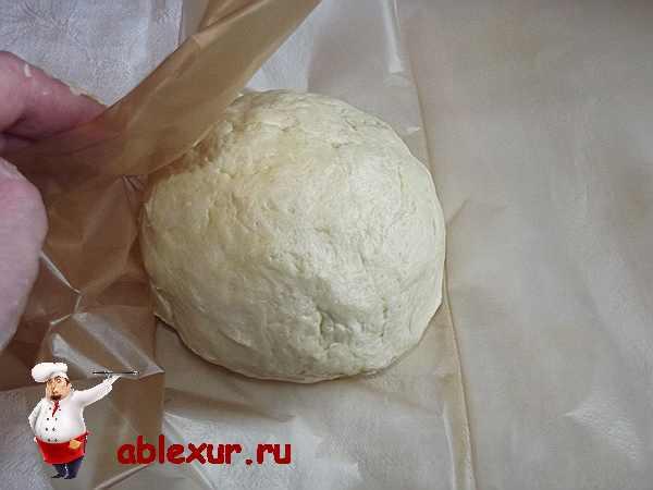 заворачиваю тесто для печенья в пергамент