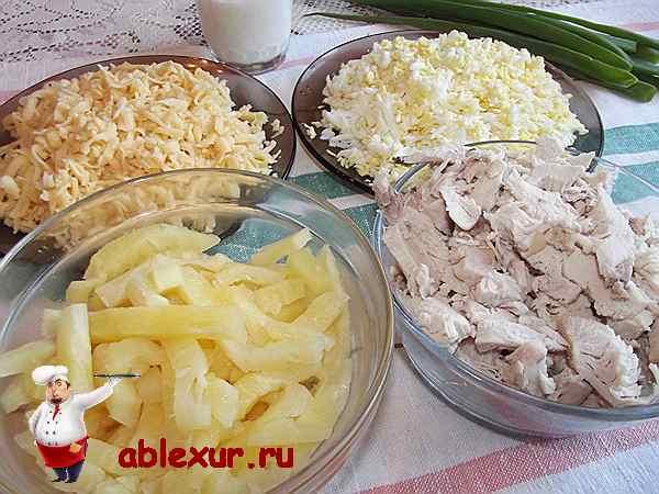 нарезанные продукты для салата с ананасом
