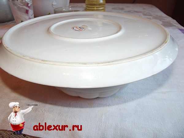 салат накрытый плоским блюдом