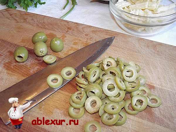 нарезанные колечками оливки для салата