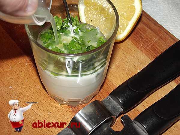 вливаю сок лимона в майонез перемешанный с петрушкой