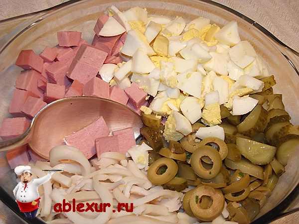 нарезанные продукты для салата в одной миске